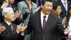 Hai nhà lãnh đạo Việt – Trung tỏ ra hồ hởi và thân thiện với nhau, trái ngược hẳn với năm ngoái, khi giới chức hai nước nhìn nhau với vẻ thiếu thiện cảm.