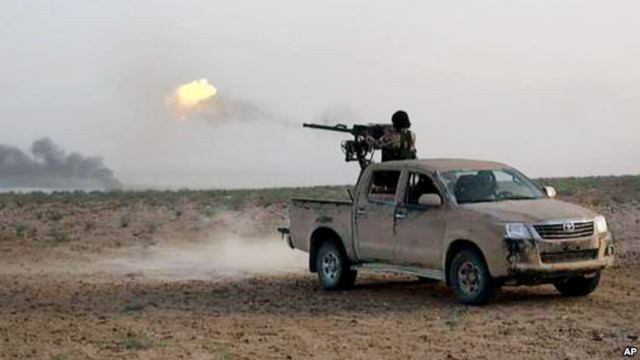 Chiến binh Hồi giáo chiến đấu chống lại lực lượng chính phủ Syria trên con đường giữa Homs và Palmyra ở Syria, ngày 20/5/2015.