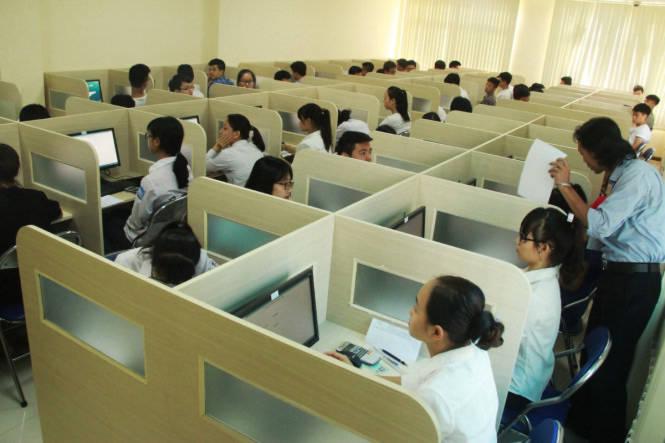 Các thi sinh chuẩn bị làm bài thi tại phòng máy, mỗi thí sinh làm một đề thi riêng do máy tính tổ hợp từ bộ cơ sở dữ liệu để nguồn, đề thi bao gồm 2 phần trắc nghiệm gồm phần bắt buộc và phần tự chọn - Ảnh: Hiếu Lương