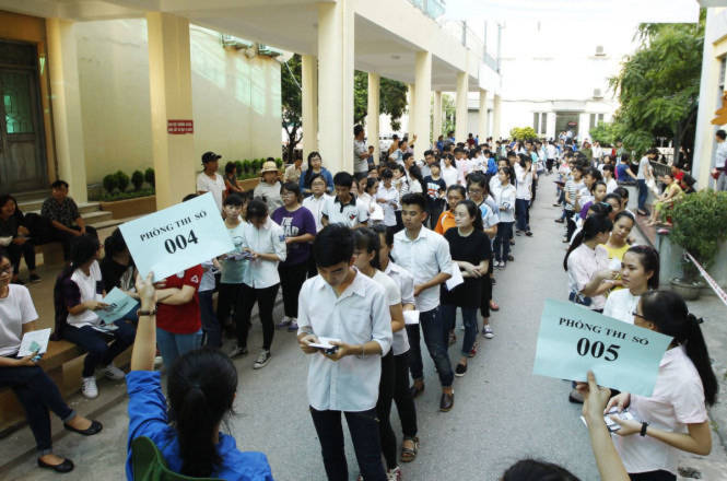 Các thí sinh xếp theo từng hàng chuẩn bị vào phòng thi, năm 2015, ĐHQGHN thống nhất dùng bài thi đánh giá năng lực xét tuyển Đại học chínhquy - Ảnh: Nguyễn Khánh