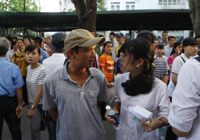 <br /><br /><br /> Một phụ huynh dặn dò con gái trước giờ bước vào phòng thi - Ảnh:Nguyễn Khánh<br /><br /><br />
