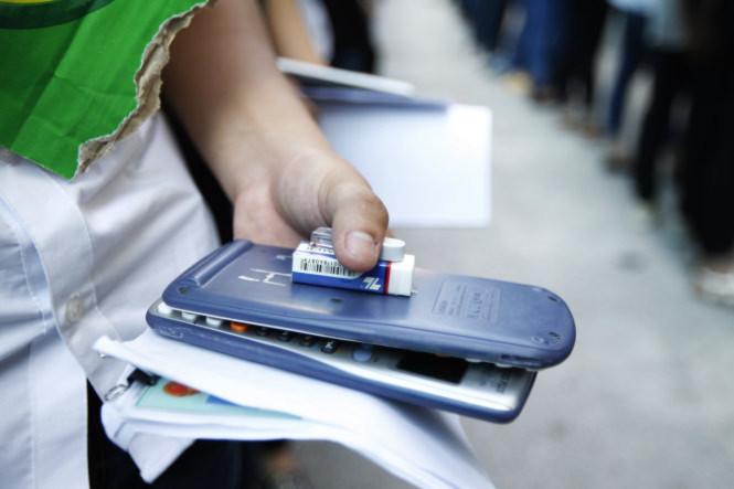 <br /><br /><br /> Máy tính cá nhân, chứng minh thư nhân dân, tẩy…được một thí sinh cầm trên tay chuẩn bị bước vào phòng thi  - Ảnh: Nguyễn Khánh<br /><br /><br />