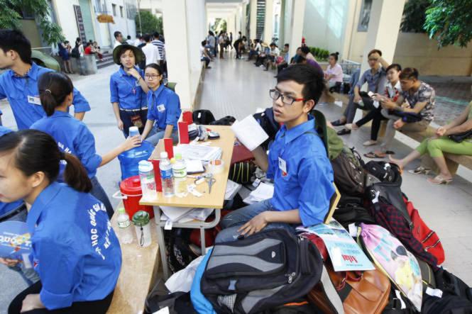<br /><br /><br /> . Lực lượng sinh viên tình nguyện trông giữ đồ cho các thí sinh - Ảnh: Nguyễn Khánh<br /><br /><br />