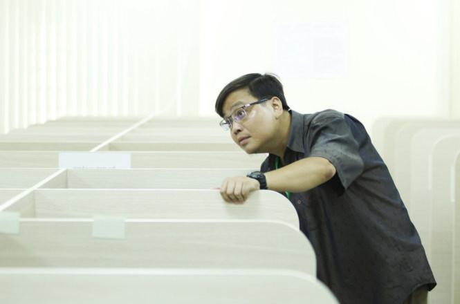 <br /><br /><br /> Một cán bộ xemthi kiểm tra lại phòng máy trước khi các thí sinh bắt đầu làm bài - Ảnh:Nguyễn Khánh<br /><br /><br />