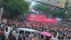Người dân huyện Lân Thủy, Tứ Xuyên, Trung Quốc biểu tình phản đối chính quyền thay đổi dự án xây tuyến xe lửa. Ảnh mạng Weibo.