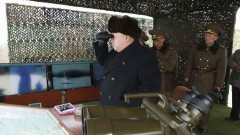 Kim Jong-un và các tướng lãnh Bắc Triều Tiên đang theo dõi một cuộc tập trận (Ảnh do KCNa công bố ngày 21/02/2015)