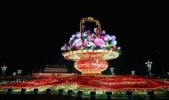 Một lẵng hoa khổng lồ được đặt ở Quảng trường Thiên An Môn, Bắc Kinh để chào mừng lễ kỷ niệm 65 năm ngày thành lập nước Cộng hòa Nhân dân Trung Hoa. Ảnh chụp ngày 30/9/2014. (Ảnh: Feng Li/Getty Images)