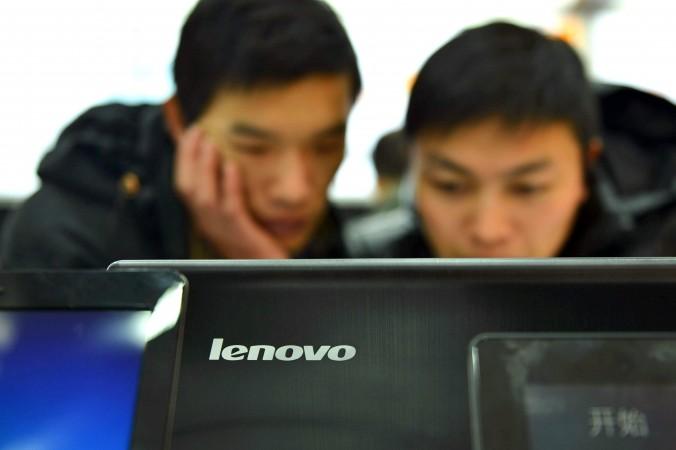 """Khách hàng Trung Quốc kiểm tra máy tính tại một cửa hàng Lenovo ở Hàng Châu, tỉnh Chiết Giang, Trung Quốc, ngày 2 tháng 2, 2014. Các nhà nghiên cứu mới phát hiện ra máy tính Lenovo có thêm một lỗ hổng bảo mật với mức độ nghiêm trọng """"High"""". (STR / AFP / Getty Images)"""