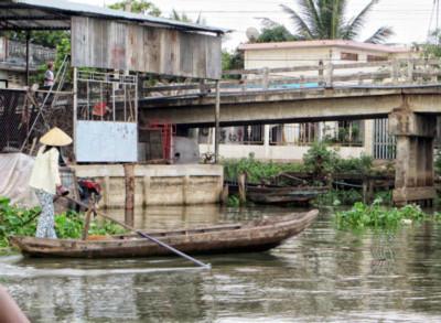 Đi rước khách trên sông. RFA
