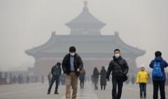 Bức ảnh này chụp ngày 24/4/2014 cho thấy du khách phải đeo khẩu trang khi thăm quan Thiên Đàn trong khói bụi bao phủ ở Bắc Kinh. (Ảnh: STR/AFP/Getty Images)
