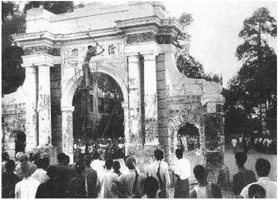 """Đề tự """"Thanh Hoa Viên"""" trong miếu thờ Đại học Thanh Hoa bị đập nát. Ảnh zhengjian.org"""