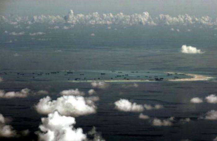 Bức hình chụp trên không từ máy bay quân sự Philippines cho thấy hoạt động khai khẩn tiếp diễn của Trung Quốc tại Đá Vành Khăn thuộc quần đảo Trường Sa tại Biển Nam Trung Hoa, phía tây Palawan, Philippines, ngày 11/5/2015.