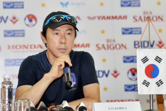 HLV Sin Taeyong trong buổi họp báo trưa 8-5