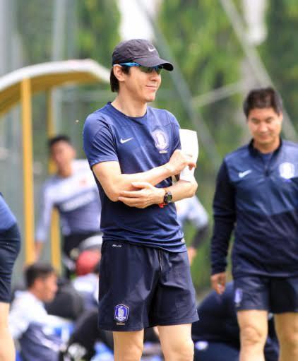 HLV Sin Taeyong chỉ đạo các học trò hôm 7-5