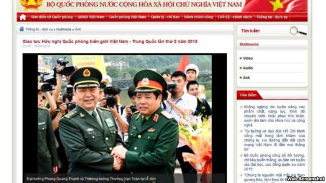 Ảnh chụp từ trang web của Bộ Quốc phòng Việt Nam cho thấy Bộ trưởng Quốc phòng Việt Nam Phùng Quang Thanh và người đồng cấp Trung Quốc Thường Vạn Toàn nắm chặt cả hai bàn tay của nhau tại lễ đón, trong khi các quan chức khác của hai nước đứng nhìn.