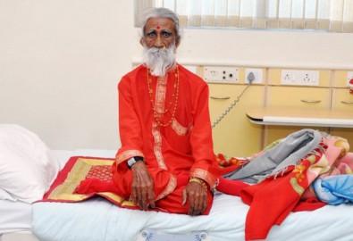 Ông Prahlad Jani ngồi trên giường tại bệnh viện Sterling ở Ahmedabad . (Ảnh: Collective Education)