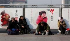 Một người ăn xin ở ga tàu Bắc Kinh ngày 2/3/2014, tại Bắc Kinh, Trung Quốc. Các nền kinh tế phát triển được đặt trên cơ sở một tầng lớp trung lưu đông đảo. Đây là điều mà Trung Quốc vẫn chưa đạt được (Ảnh: Lintao Zhang/Getty Images)