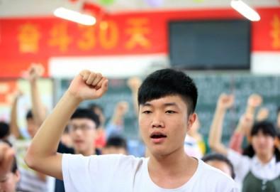 Học sinh nguyện tuân theo các quy định của kì thi trước khi bước vào kỳ thi tuyển sinh đại học năm 2014 của Trung Quốc vào ngày 7/6/2014 tại thành phố Bạc Châu ở phía đông tỉnh An Huy. (AFP/AFP/Getty Images)