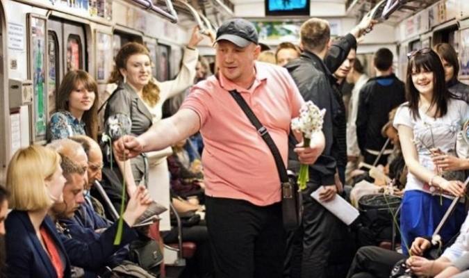Một người đàn ông mua hoa và tặng cho các phụ nữ trên tàu (Ảnh: Internet)