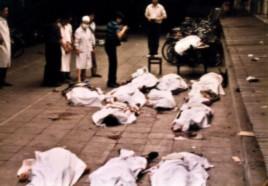 Nhân viên y tế đứng cạnh thi thể của những người biểu tình bị sát hại tại Quảng trường Thiên An Môn vào ngày 4/6/1989.