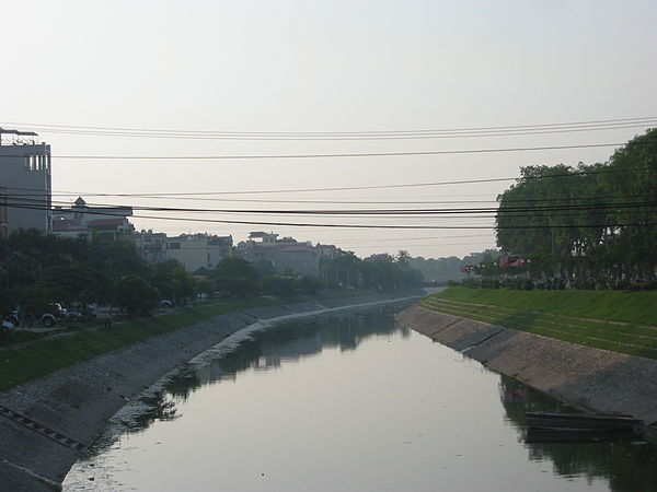 Sông Tô Lịch, đoạn chảy qua quận Cầu Giấy, Hà Nội. Ảnh wikipedia