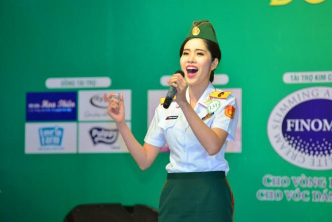 Thí sinh Nguyễn Lệ Nam Em thể hiện ca khúc Sức sống Trường Sa