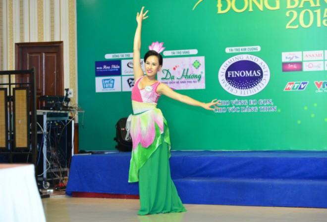 Phạm Hồ Phương Ngân là 1 trong 4 thí sinh chọn múa sen làm tiết mục dự thi