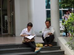 Phụ huynh cùng thí sinh đang cùng xem lại bài thi môn toán