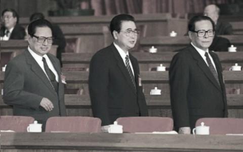 Chủ tịch Quốc hội Kiều Thạch (trái), Thủ tướng Lí Bằng (giữa) và Chủ tịch Giang Trạch Dân (phải) tiến đến chỗ ngồi trước khi khai mạc phiên họp Đại hội Đại biẻu Nhân dân Toàn quốc tại Đại lễ đường nhân dân ở Bắc Kinh ngày 6 tháng 3 năm 1996. (Robyn BEC / AFP / Getty Images)