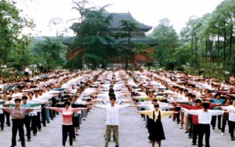 Các học viên Pháp Luân Công tập trung tại một công viên ở thành phố Thành Đô, Trung Quốc, tập công buổi sáng vào những năm 1990, trước khi cuộc đàn áp chống lại môn khí công này bắt đầu. (Faluninfo.net)