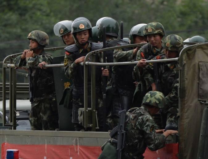 Cảnh sát bán quân sự Trung Quốc chuẩn bị xe tải trong một buổi lễ 'biểu dương lực lượng' tại Urumqi vào ngày 29 tháng 6, năm 2013. Chính quyền Trung Quốc đang xem xét ban hành luật để ngăn chặn rò rỉ thông tin quân sự. (MARK Ralston / AFP / Getty Images)