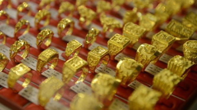 Giá vàng thế giới đêm qua đã lao dốc mạnh, từ trên mức 1.165 USD/ounce xuống còn 1.152,6 USD/ounce, quy đổi tương đương 30,35 triệu đồng/lượng - Ảnh: T.L