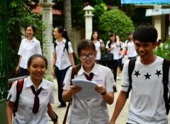 Thí sinh trao đổi sau khi làm bài thi môn sinh tại điểm thi trường THPT Lê Quý Đôn Q. 3 (TP. HCM) chiều 4 -7- Ảnh: Thanh Tùng