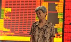 Một nhà đầu tư quan sát thị trường chứng khoán vào ngày 7/7/2015 tại tỉnh An Huy, Trung Quốc (Ảnh: ChinaFotoPress/ Getty Images)