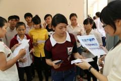 Giám thị gọi tên thí sinh vào phòng làm thủ tục trước khi thi môn hóa tại cụm thi trường ĐH Sài Gòn - Ảnh: Như Hùng