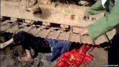 Cảnh bà Lê Thị Châm nằm dưới bánh của máy xúc trong đoạn video clip gây xôn xao dư luận.