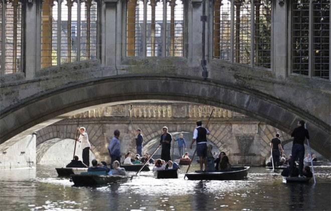 <b>4. Đại học Cambridge</b><br><br>Quốc gia: Anh<br>Xếp hạng trong nước: 1<br>Xếp hạng về chất lượng giáo dục toàn cầu: 2<br>Xếp hạng về công việc của sinh viên sau tốt nghiệp: 10<br>Tổng điểm: 96,81/100<br><br><i>Nguồn: Center for World University Rankings</i>