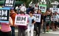 """Hôm qua (2/8), gần 1.000 người biểu tình tập trung tại tòa nhà Bộ Giáo dục Đài Loan, xé sách giáo khoa thuộc chương trình học """"tập trung Trung Quốc"""" và yêu cầu Bộ trưởng từ chức. (Nguồn: YouTube)"""