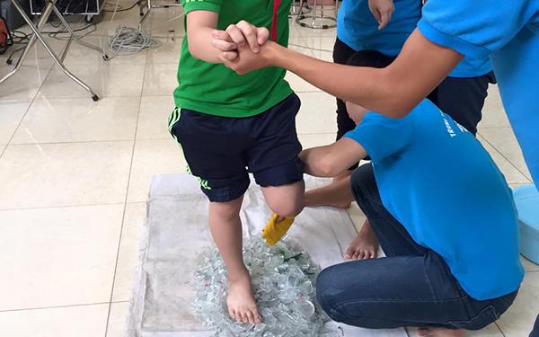 Học sinh thực hành đi trên thủy tinh tại trung tâm giáo dục ABA. (Ảnh: Facebook)