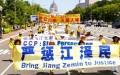 Những người luyện tập Pháp Luân Công đi bộ trong một cuộc diễu hành ở Washington vào ngày 16/7/2015 để kêu gọi chấm dứt cuộc đàn áp do cựu lãnh đạo Đảng Cộng sản Trung Quốc Giang Trạch Dân phát động. (Ảnh: Edward Dye/Đại Kỷ Nguyên tiếng Anh)
