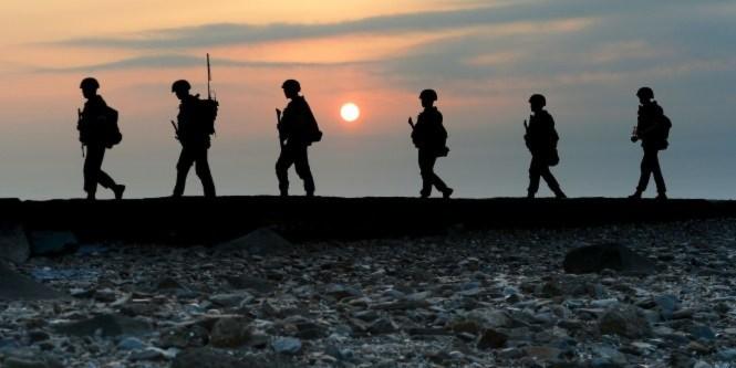 Lính Hàn Quốc tuần tra gần biên giới - Ảnh: Reuters