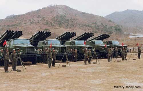 Pháo phản lực được xem là vũ khí có sức tàn phá ghê gớm nhất của pháo binh Triều Tiên .Trong ảnh pháo phản lực bắn loạt M1985 240 mm trong một cuộc diễn tập quân sự.