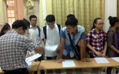 Thí sinh nộp và rút hồ sơ tại Trường Đại học Ngoại ngữ Hà Nội hôm 19/8. (ảnh: L.Q.Hạnh)
