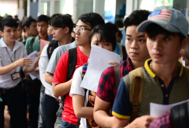 Hàng dài thí sinh chờ làm thủ tục nộp hồ sơ xét tuyển tại Trường đại học Công nghiệp TP.HCM trong ngày cuối - Ảnh: Quang Định