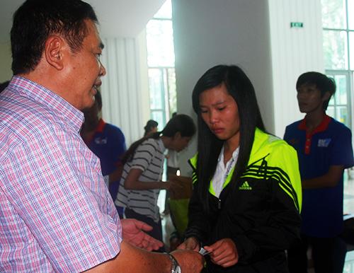 Vân Anh bật khóc khi không rút được phiếu điểm. Ảnh: Nguyễn Duy.