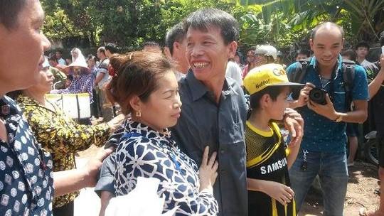 Ông Đoàn Văn Vươn  tươi cười trong vòng tay người thân khi vừa ra khỏi trại giam. Ảnh nld