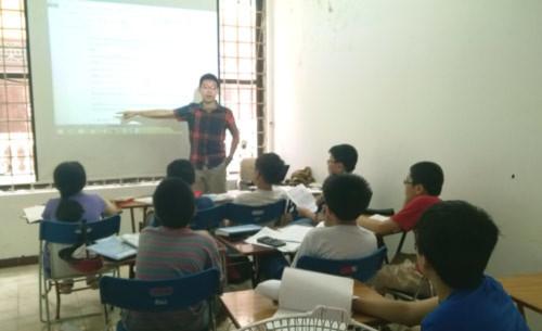 Hoàng Minh Tuệ giảng dạy đội tuyển Việt Nam tham dự vòng 2 của kỳ thi APMOPS 2015 tại Singapore tháng 5/2015