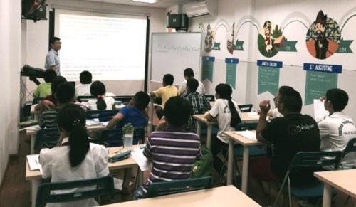 Hoàng Minh Tuệ giảng dạy các học sinh của Học viện Phát triển Tư duy IEG Global tháng 8/2015