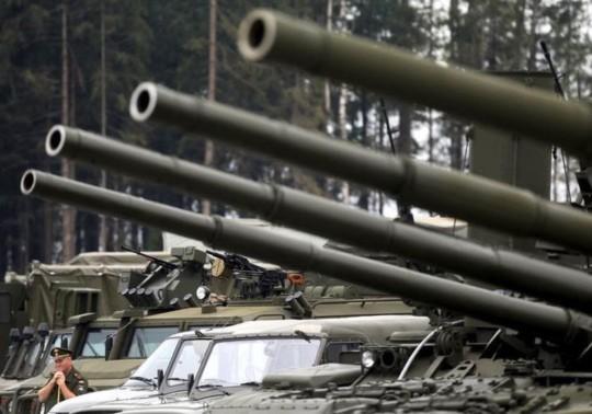 Xe tăng và xe bọc thép của Nga. Ảnh: Reuters