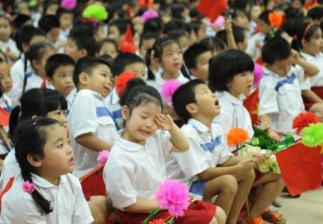 Nhiều học sinh mệt mỏi trong ngày lễ khai giảng tại Việt Nam